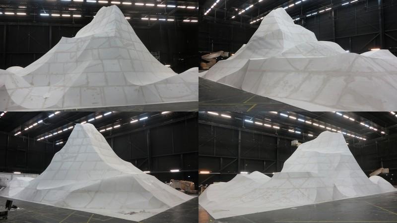 Sculpture d'une montagne en polystyrène pour un défilé Balenciaga